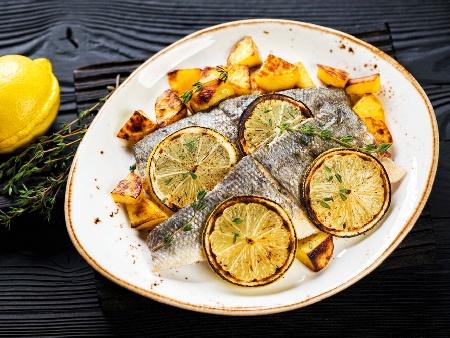 Печени риби лаврак с картофи, розмарин и бяло вино на фурна - снимка на рецептата